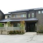 街中に建つ落ち着いた外観の二世代住宅です。