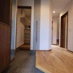 家族と来客の玄関を分けることで、玄関はいつもすっきり。