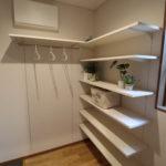 シューズクロークの可動棚は高さを自在に変えれます。