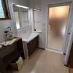 洗面台横の造作タオル掛は、壁をへこますことでスペースを有効活用。