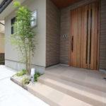 玄関前の花壇には、シンボルツリーを植樹。